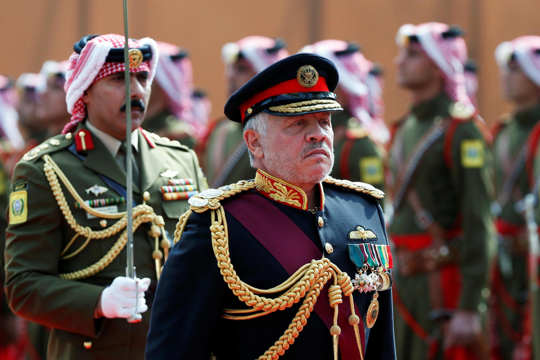 العاهل الأردني الملك عبد الله الثاني يستعرض حرس الشرف خلال حفل افتتاح الدورة الرابعة للبرلمان الثامن عشر في عمان، الأردن، في 10 نوفمبر/ تشرين الثاني 2019.