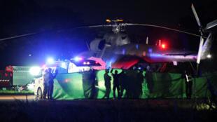 Los colegiales rescatados son trasladados de un helicóptero militar a una ambulancia en Chiang Rai, Tailandia, el 9 de julio de 2018.