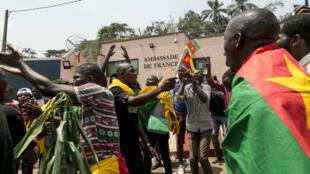 cameroun-manifs-ambassade-france