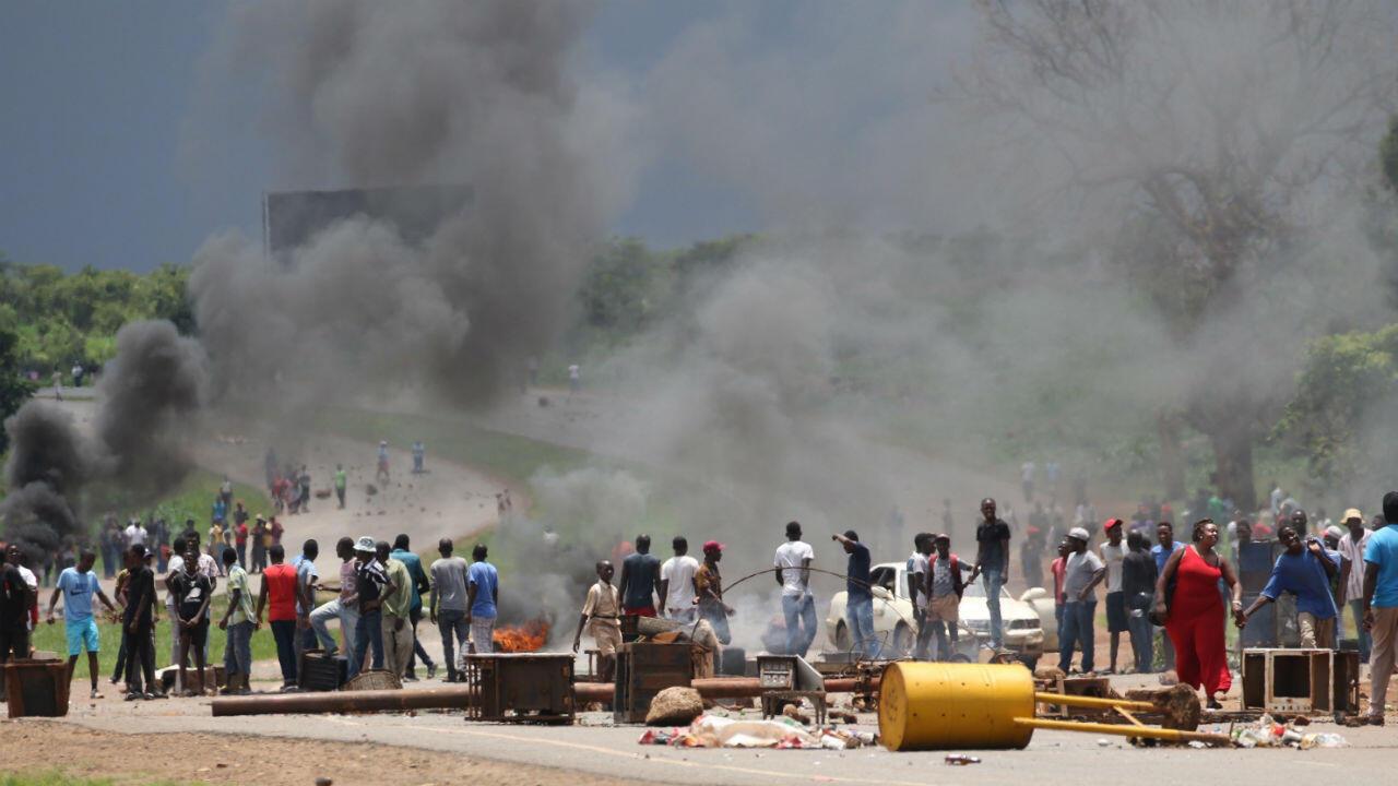 Una de las barricadas levantadas durante el primer día de la huelga general en Harare, Zimbabue, el 14 de enero de 2019.