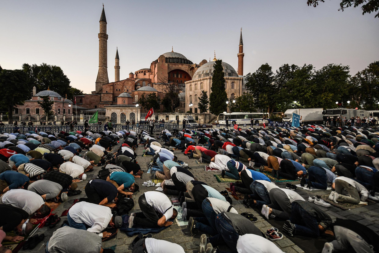 Une prière musulmane devant Sainte-Sophie à Istanbul pour célébrer la décision de la justice turque de donner son feu vert à la reconversion du lieu en mosquée, le 10 juillet 2020.