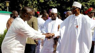 Le président nigérian Muhammadu Buhari (à droite), le 13 janvier 2017, en visite à Banjul, en Gambie.