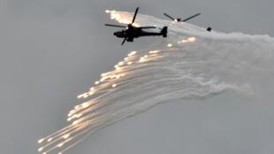 حوامتنان من طراز أباتشي تطلقان قنابل إنارة خلال مناورات عسكرية سنوية في تايوان بتاريخ تموز/يوليو 2020