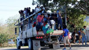 Les migrants poursuivent leur route vers les États-Unis après avoir passé la frontière entre le Honduras et le Guatemala, le 15 janvier 2020.