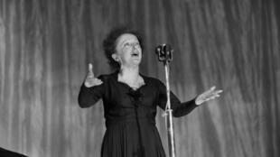 المغنية الفرنسية الراحلة إديت بياف في 1960