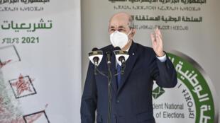 الرئيس الجزائري عبد المجيد تبون أثناء القاء كلمة أمام مركز اقتراع في منطقة بوشاوي في الضاحية الغربية للعاصمة بتاريخ 12 حزيران/يونيو 2021 خلال الانتخابات التشريعية