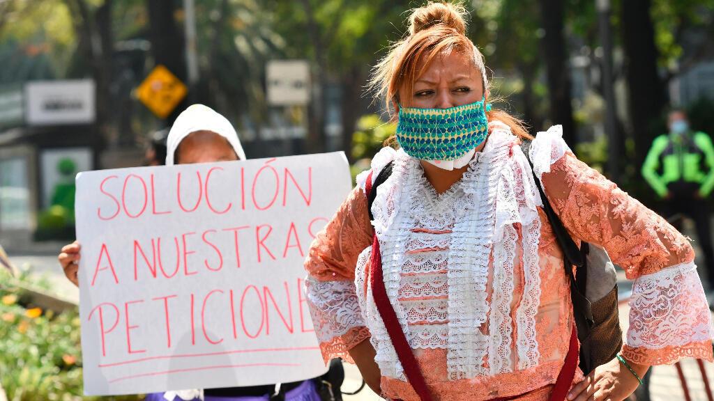 Indígenas mazahuas bloquean este martes la avenida del Paseo de la Reforma, durante una protesta para solicitar ayudas dadas sus afectaciones laborales en plena crisis por la pandemia COVID-19, en Ciudad de México (México), el 12 de mayo de 2020.