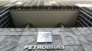 La petrolera brasileña Petrobras en la fachada de la sede de la compañía en Río de Janeiro, Brasil. Archivo