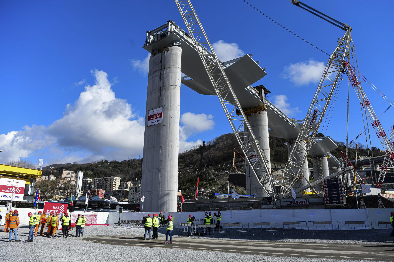 """C'est un autre architecte italien, Renzo Piano, qui a la charge de reconstruire le viaduc. Ce natif de Gênes, qui a dessiné le Centre Pompidou et le nouveau Palais de justice de Paris, a promis que le nouvel ouvrage durerait au moins 1000ans. Résolument différent du pont Morandi, le """"pont Piano"""", en acier et béton, aura """"quelque chose d'un bateau, parce que c'est quelque chose de Gênes"""", avait expliqué son concepteur en décembre.   Il comptera 43lampadaires en mémoire des 43personnes qui ont péri dans l'accident. La construction du pont, d'un coût estimé à 202 millions d'euros, sera menée par un groupement d'entreprises comprenant Sailini-Impregilo, Fincantieri et ItalFerr."""