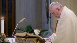 El papa Francisco oficia una misa privada en la capilla de su residencia de Santa Marta del Vaticano el 6 de mayo de 2020