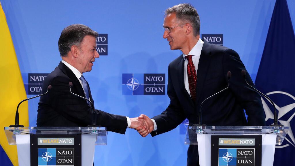 El presidente de Colombia, Juan Manuel Santos (izquierda) durante el acto en el que su país se oficializó como socio global de la OTAN. Mayo 31 de 2018.