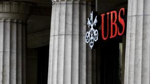 La banque UBS, accusée d'avoir illégalement démarché de riches clients français, sera face à ses juges lundi 8 octobre, à Paris.