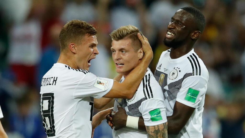Kroos es abrazado por sus compañeros luego del pitazo final
