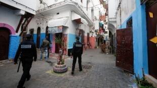 عناصر من الشرطة يجولون شوارع المدينة القديمة بالدار البيضاء لمراقبة إجراءات الحجر الصحي، 27 مارس/آذار 2020.
