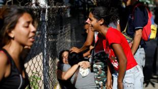 Familiares de los reclusos piden información a las afueras del Comando de la Policía de Carabobo.