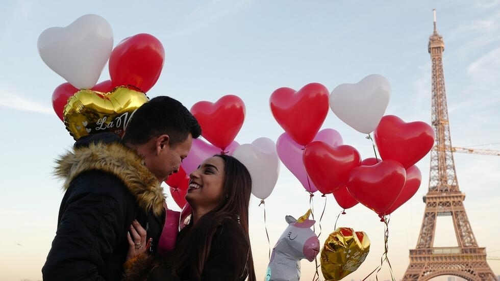 Gerson, un joven hondureño, sorprende a su compañera Andry con una propuesta de matrimonio en la Plaza Trocadero cerca de la Torre Eiffel en París, algo usual cada 14 de febrero.