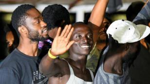 El buque español de rescate Open Arms, con decenas de migrantes a bordo, llega a Lampedusa, Italia, el 20 de agosto de 2019.