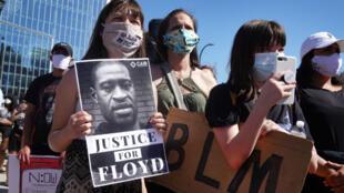 Manifestantes protestan por la muerte de George Floyd  el 5 de junio de 2020 en Minneapolis, Minnesota.