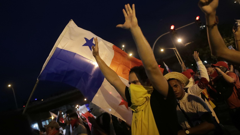 Decenas de personas participan en una protesta contra la reforma constitucional en los alrededores de la Asamblea Nacional, en Ciudad de Panamá, Panamá, el 31 de octubre de 2019.