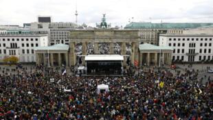 Foto de archivo: Manifestantes protestan contra el partido antiinmigrantes, Alternativa por Alemania, en Berlín el 22 de octubre de 2017.