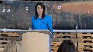 L'ambassadrice américaine à l'ONU Nikki Haley, devant ce qu'elle a présenté comme des débris d'un missile de fabrication iranienne, jeudi 14 décembre.
