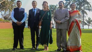 El presidente argentino Mauricio Macri y su mujer, Juliana Awada, posan para una foto de familia junto al gobernador Maharashtra, Vidyasagar Rao, su mujer, Vinoda Rao, y el ministro en jefe de Maharashtra, Devendra Fadnavis, en la Casa del Gobernador en Bombay, India, el 19 de febrero de 2018.