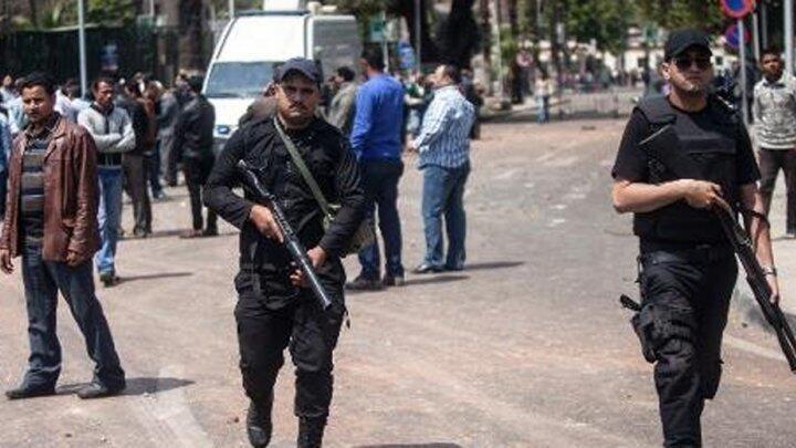 عنصران من قوات الأمن المصرية