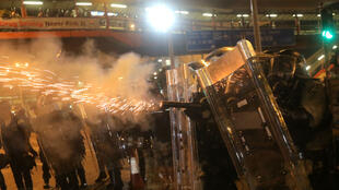 La police a tiré des gaz lacrymogènes sur les manifestants à Hong Kong, dimanche 28 juillet.
