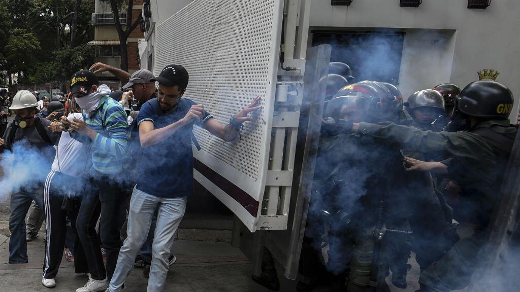 Des manifestants venezueliens aux prises avec les forces de l'ordre, le 3 juin 2017.