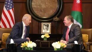 صورة من الأرشيف تعود إلى العام 2016 وتجمع الرئيس الأمريكي جو بايدن يوم كان نائبا للرئيس والعاهل الأردني عبدالله الثاني في عمان
