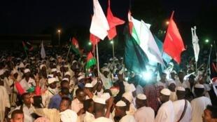أنصار زعيم المعارضة الصادق المهدي أمام منفاه الاختياري في الخرطوم في 19 ديسمبر/كانون الأول 2018