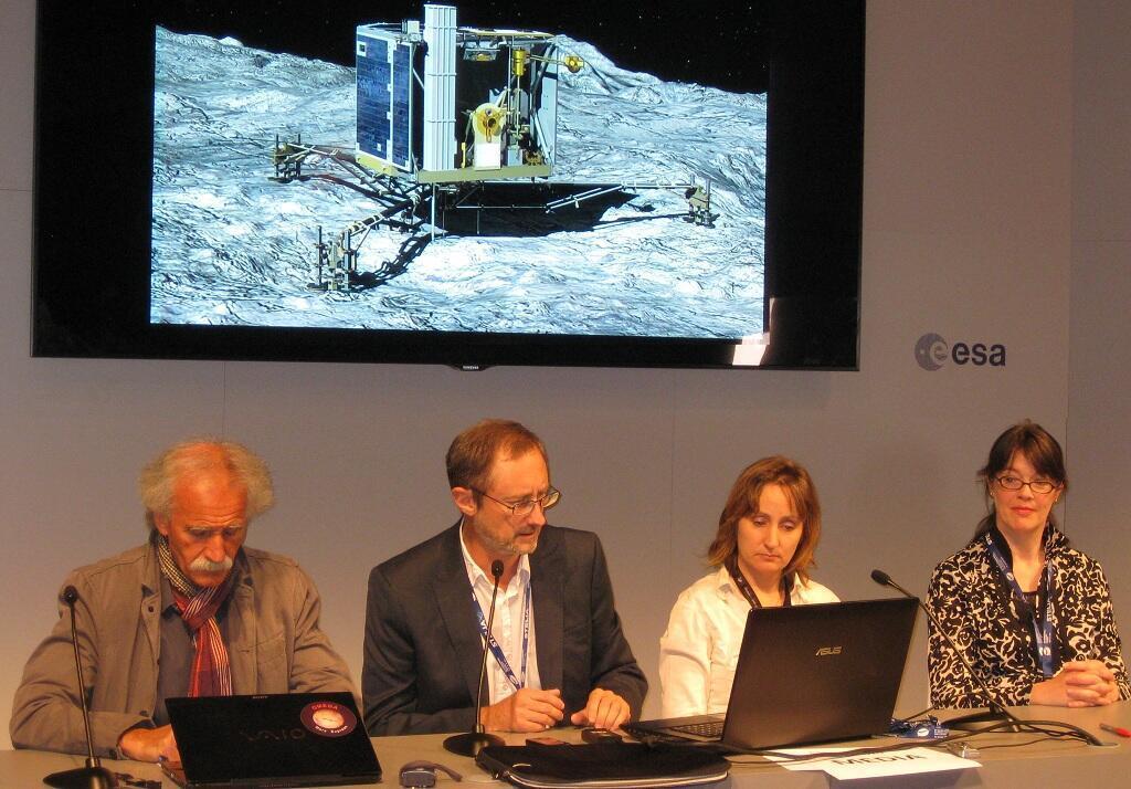 """فريق العلماء المشرف على مهمة """"روزيتا""""  لوبورجيه قرب باريس 17 يونيو/ حزيران 2015"""