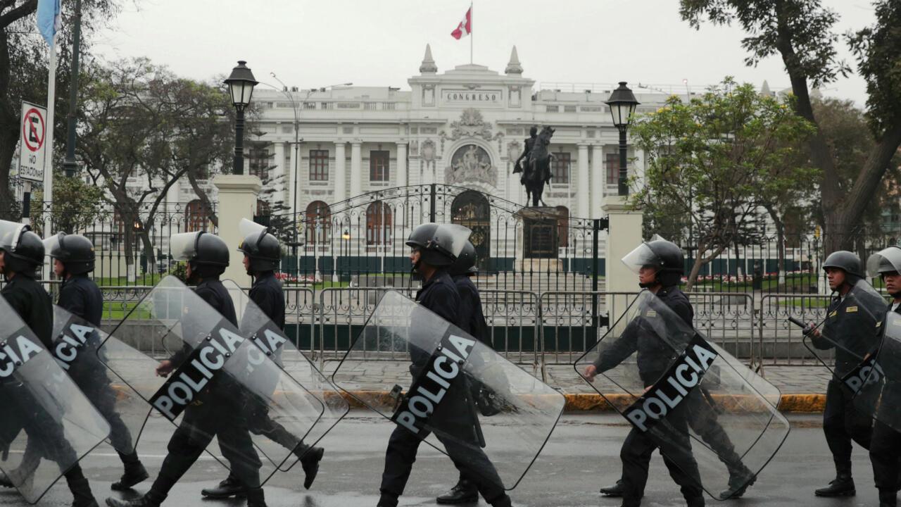 La policía hace guardia a las afueras del Congreso peruano tras la suspensión del presidente Martín Vizcarra, Lima, Perú, el 1 de octubre de 2019.