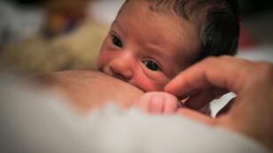 Un nouveau-né au sein de sa maman, le 16 juillet 2018, à Vertou, dans l'ouest de la France.