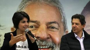 Fernando Haddad y Manuela D'avila asisten a una conferencia de prensa en Sao Paulo, Brasil, el 7 de agosto de 2018.