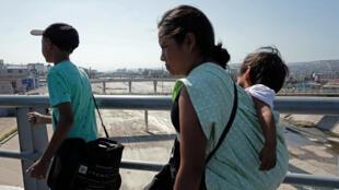 Migrantes centroamericanos viajan en caravana hacia una reunión de asesoramiento legal en Tijuana, estado de Baja California, México, el 28 de abril de 2018.