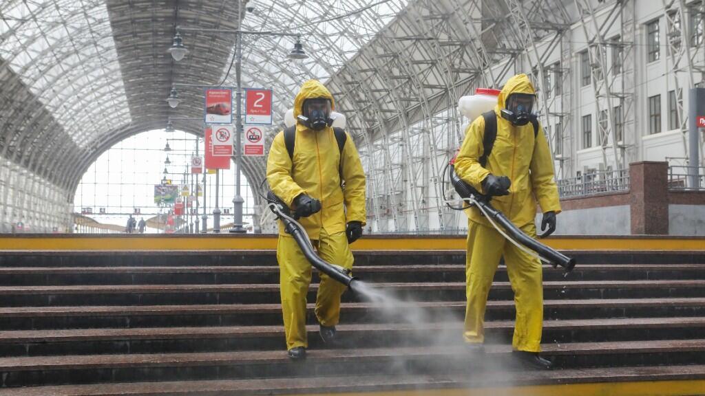 Miembros del Ministerio de Emergencias de Rusia desinfectan con aerosol la estación de tren de Kievsky. En Moscú, Rusia el 18 de mayo de 2020.