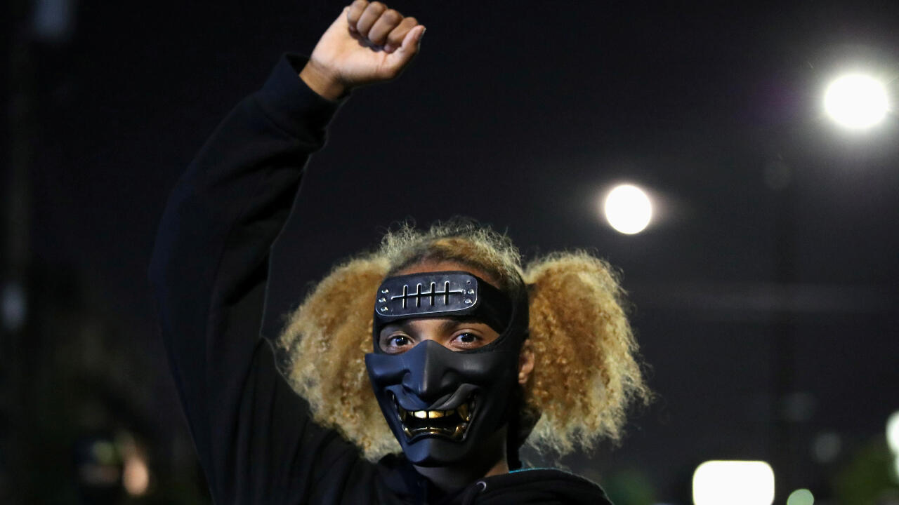 Una manifestante en medio de las protestas del movimiento Black Lives Matters en Portland, Oregon, Estados Unidos, en la noche del viernes 4 de septiembre de 2020.