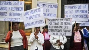 Mujeres víctimas de esterilización forzada durante el Gobierno de Alberto Fujimori protestan en Lima, Perú, en una imagen de archivo del 13 de febrero de 2014.