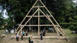 """Reconstruction d'une structure de la nef de Notre-Dame par l'association """"Charpentiers sans frontières"""" à Ermenouville, le 7 juillet 2020"""