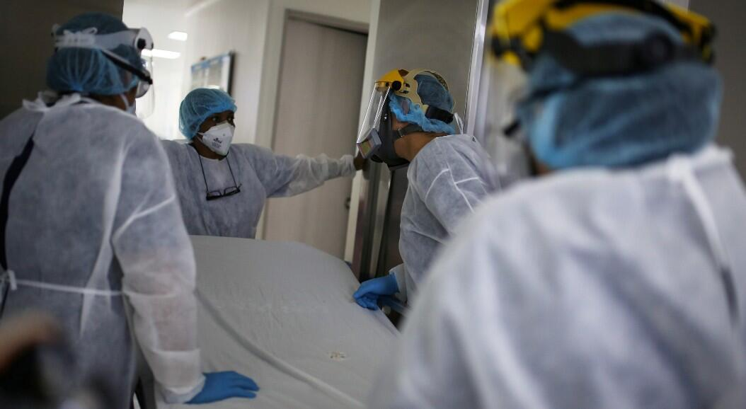 Un grupo de médicos y enfermeras trabaja en una Unidad de Cuidados Intensivos, UCI, en Bogotá, Colombia, el 12 de junio de 2020.