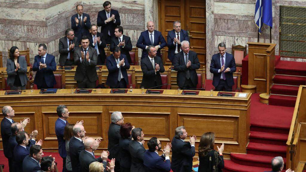 El primer ministro griego Kyriakos Mitsotakis y los ministros del gobierno aplauden tras el anuncio de los resultados de la votación presidencial en el parlamento de Atenas, Grecia, el 22 de enero de 2020.