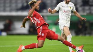 L'attaquant camerounais du Bayern, Eric Maxim Choupo-Moting (g), auteur d'un doublé lors du match de 1er tour de la Coupe d'Allemagne, à Munich, contre le FC Düren (5e div.), à Munich, le 15 octobre 2020