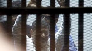 الرئيس المصري المعزول محمد مرسي أثناء محاكمته بتهم قتل المتظاهرين 21 أبريل/نيسان 2015