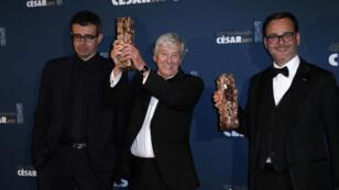 """المنتج سعيد بن سعيد (يسار) مع المخرج بول فيرهوفن (وسط) والمنتج ميشال ميركت (يمين) بعد فوز  """"هي"""" بجائزة السيزار لأفضل فيلم - باريس في 24 مارس 2017"""