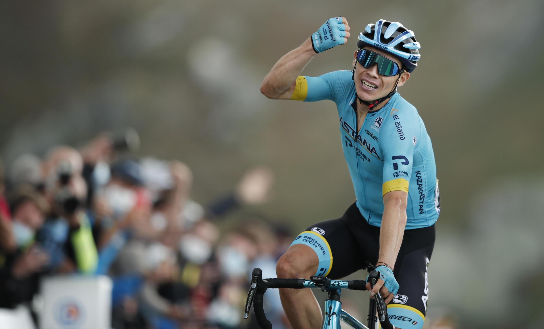 El ciclista colombiano Miguel Ángel 'Supermán' López levanta el puño al cruzar victorioso la meta de la etapa 17 del Tour de Francia, el 16 de septiembre de 2020 en el Col de la Loze, en los Alpes galos