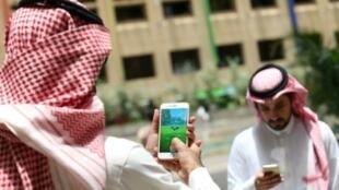 """سعوديان يلعبان """"بوكيمون غو"""" في الرياض"""