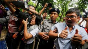 El periodista detenido de Reuters Wa Lone es escoltado por la policía mientras abandona la Corte de Insein, en Yangon, Myanmar, el 9 de julio de 2018.