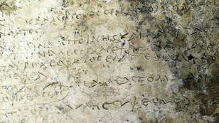 La plaque en argile découvert par les archéologues.