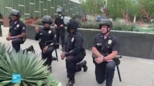 """شرطيون """"يركعون"""" تضامنا مع المحتجين الأمريكيين"""